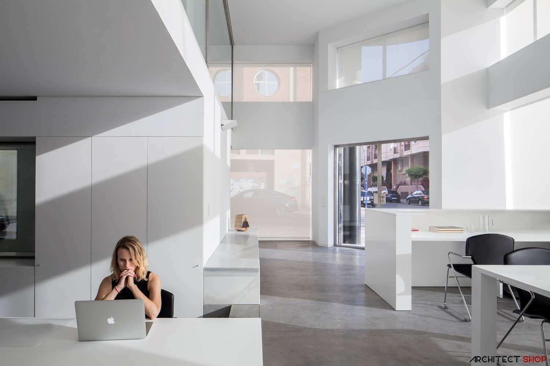 دفتر کار با فضایی ساده