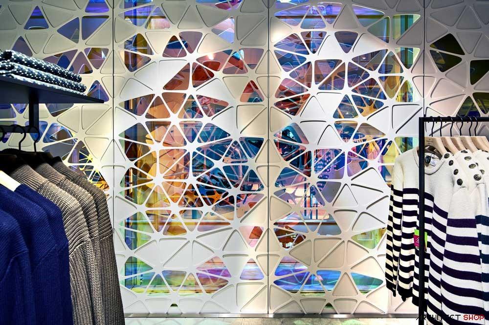 مجتمع تجاری با شیشه های رنگی