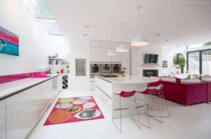 30 ایده طراحی آشپزخانه صورتی برای کمک به طراحی های شما - Magenta pink white kitchen 300x199