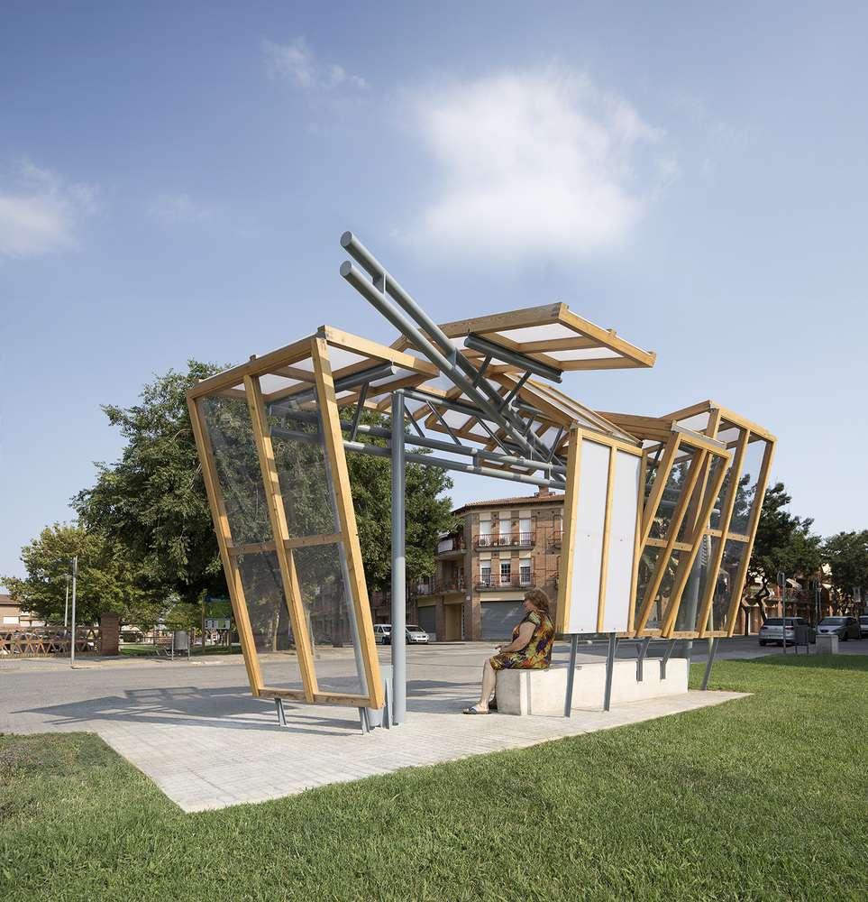 ایستگاه اتوبوس با چوب و فلز