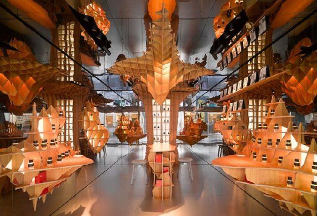 طراحی داخلی فروشگاه عطر با شبکه های چوبی