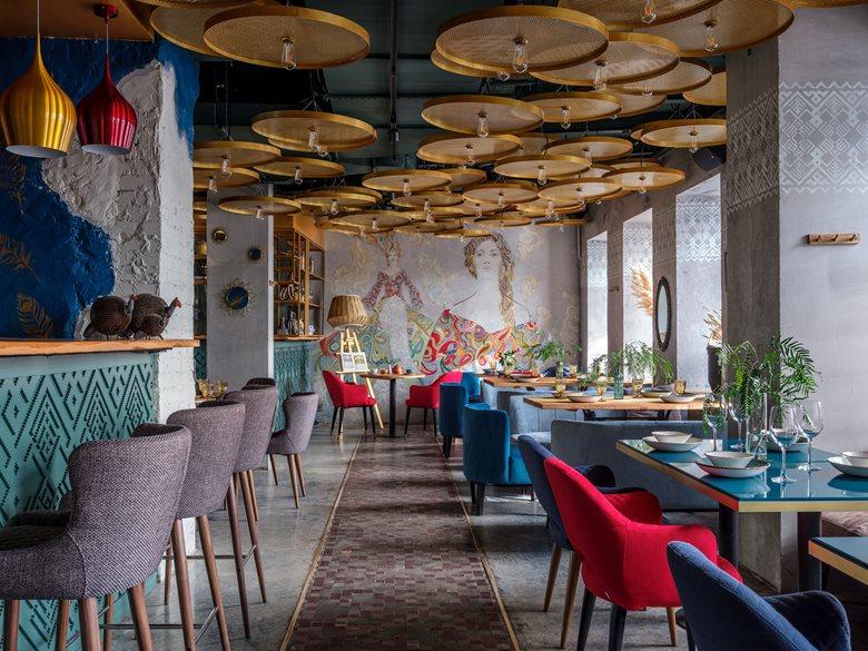 کافه رستوران با نقوش و رنگ ها