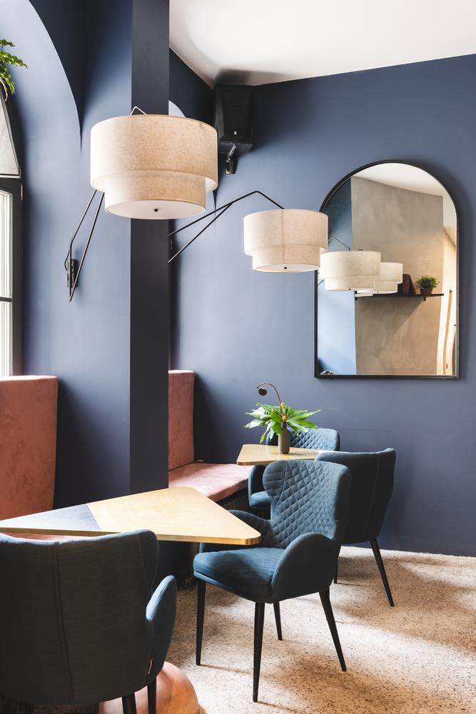 استفاده از رنگ آبی در دکوراسیون کافه